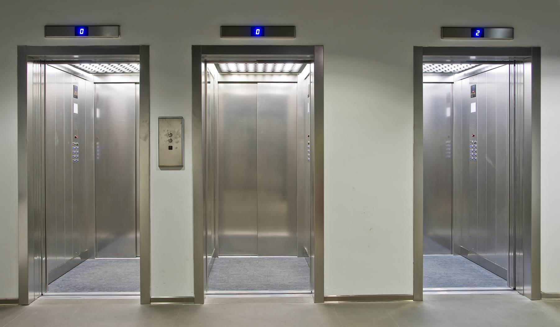 استفاده از آینه در آسانسور