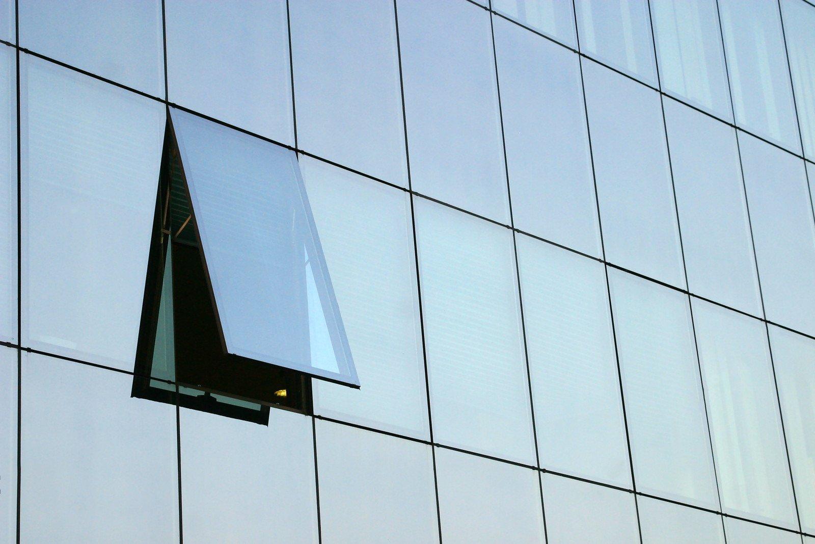 نمای بدون قاب شیشه ای