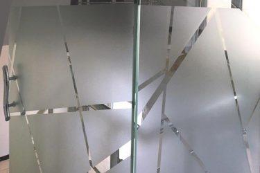 مزایا و معایب نصب شیشه سند بلاست در تابستان